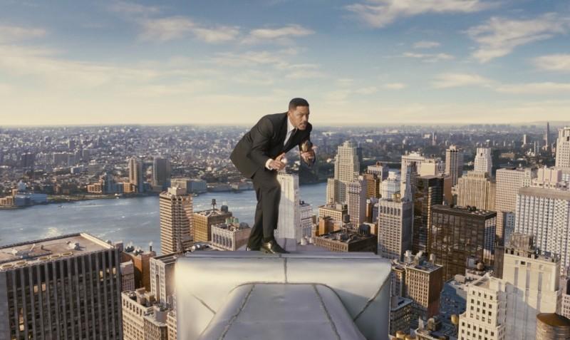 Men in Black 3: Will Smith in azione sui grattacieli di New York in una scena del film