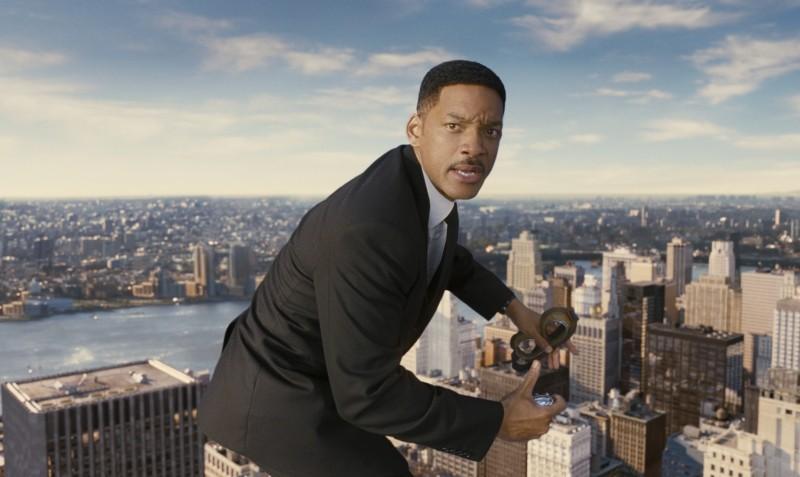 Men in Black 3: Will Smith in bilico su un grattacielo di New York in una scena del film