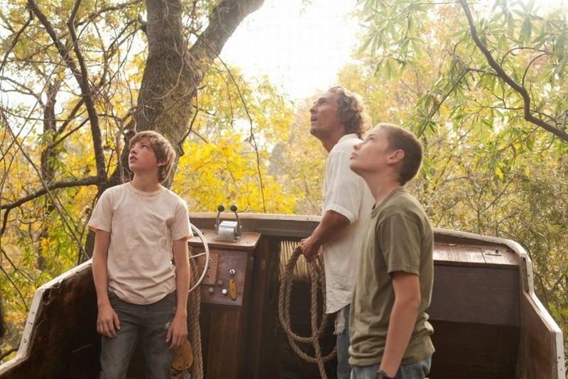 MUD: Matthew McConaughey in una scena del film con Tye Sheridan e Jacob Lofland