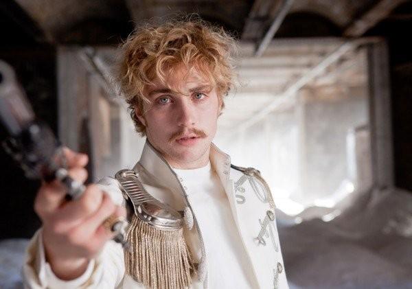 Aaron Johnson in una drammatica immagine di Anna Karenina