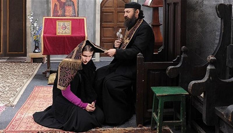 Beyond the Hills: Cristina Flutur e Valeriu Andriuta in una scena del film