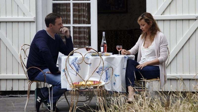 Fred Testot e Julie Ferrier in Sea a tavola nel film No Sex and Sun (2012)