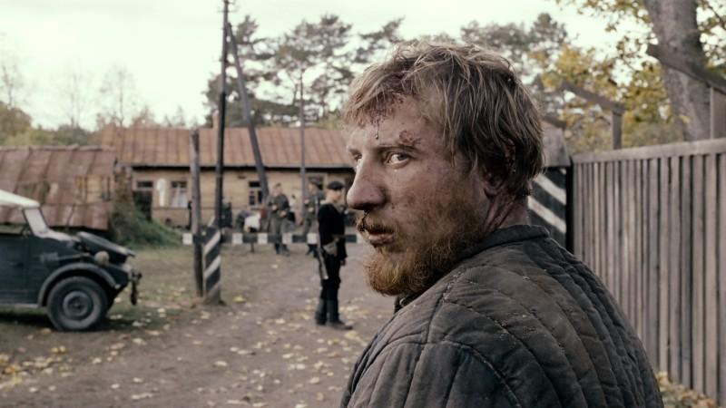 In the Fog: Vladimir Svirskiy col volto tumefatto in una scena del film