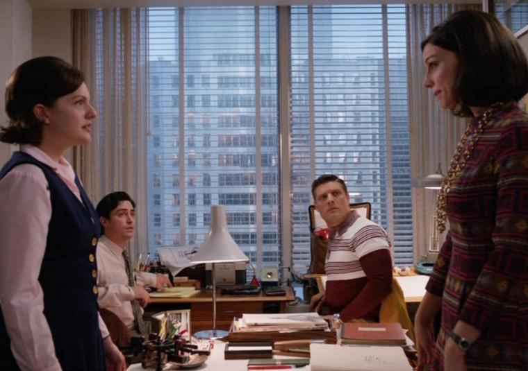 Jay R. Ferguson, Jessica Paré, Ben Feldman e Elisabeth Moss nell'episodio Lady Lazarus della quinta stagione di Mad Men