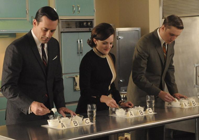 Jon Hamm, Aaron Staton e Elisabeth Moss nell'episodio Lady Lazarus della quinta stagione di Mad Men