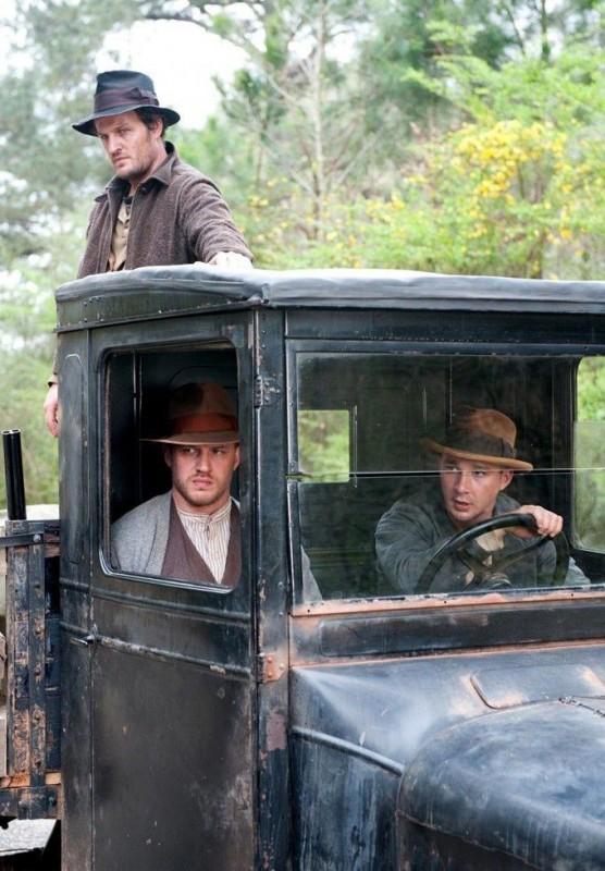 Shia LaBeouf, Tom Hardy e Jason Clarke nei panni dei tre fratelli Bondurant in una scena di Lawless