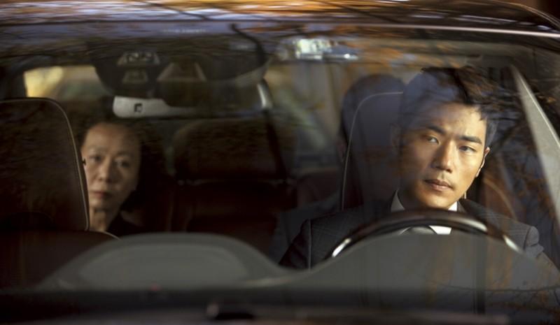 Taste of Money: Kim Kang-woo (alla guida) e Yoon Yeo-jeong in una scena del film