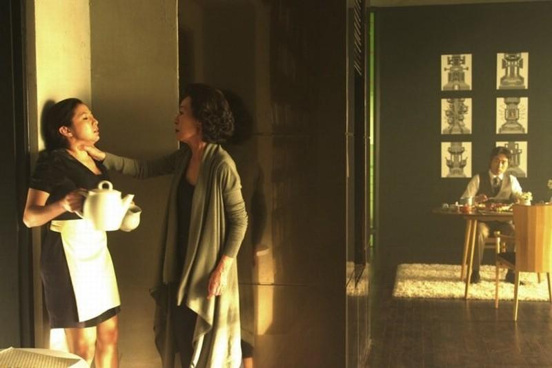 Taste of Money: Yoon Yeo-jeong minaccia la cameriera in una scena del film