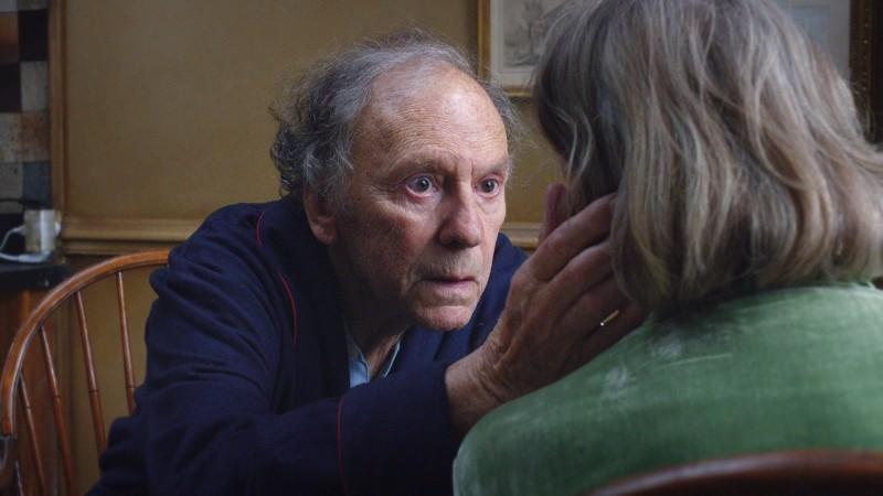 Amour: Jean-Louis Trintignant con Emmanuelle Riva (di spalle) in una scena del film