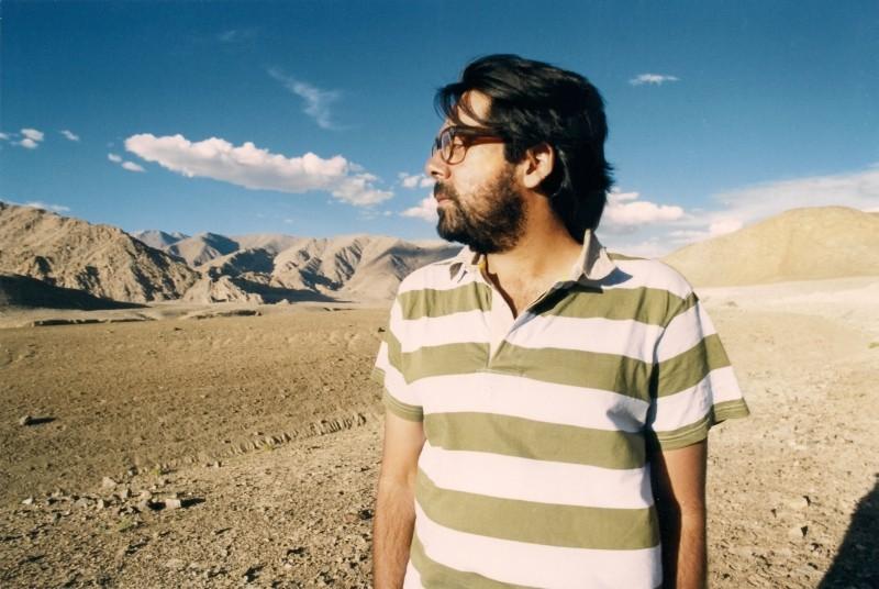 Miss Lovely: il regista Ashim Ahluwalia in una foto promozionale nel deserto