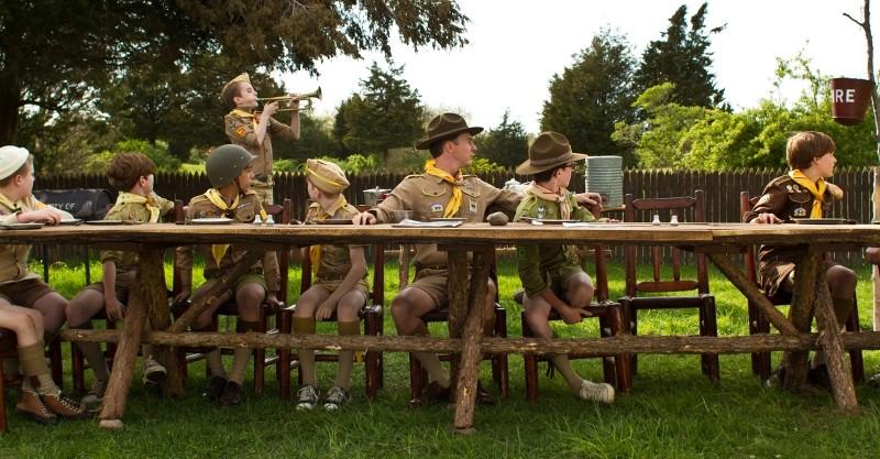 Moonrise Kingdom: Edward Norton insieme ai suoi ragazzi in una scena del film