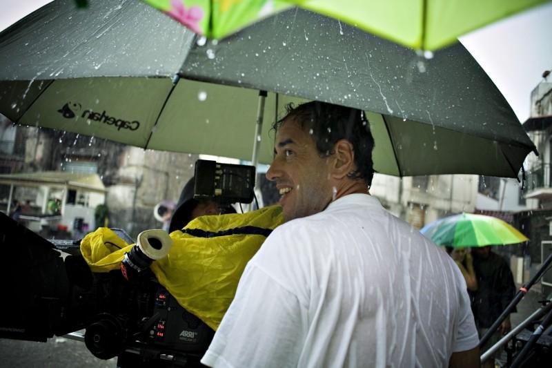Reality: il regista Matteo Garrone sul set del film sotto la pioggia