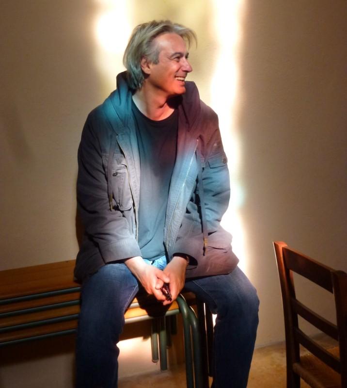Renoir: il regista Gilles Bourdos sorride sul set del film