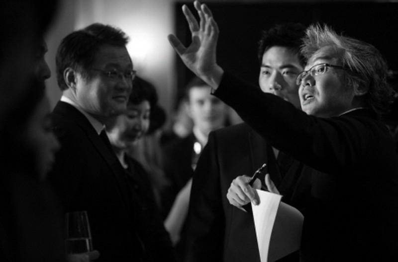 Taste of Money: il regista Im Sang-soo sul set dirige gli attori