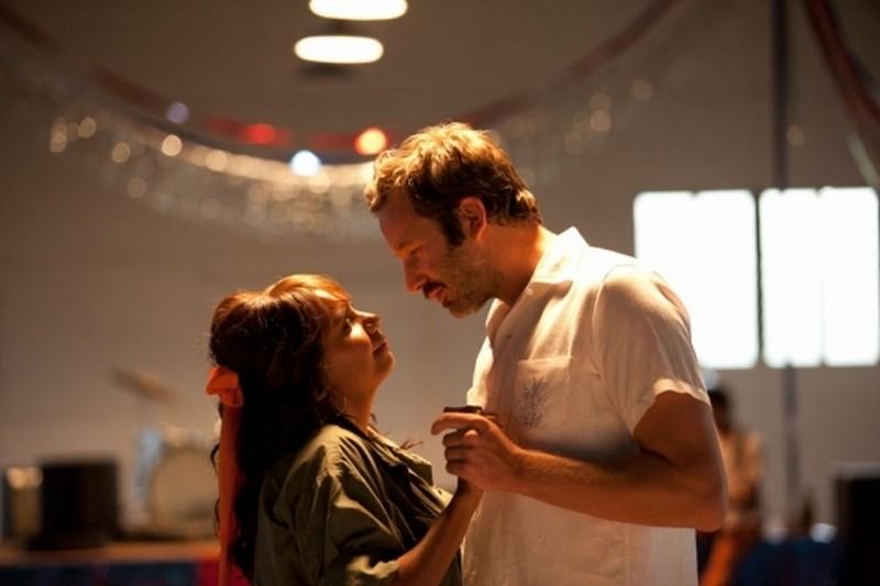 The Sapphires: Chris O'Dowd e Deborah Mailman in una romantica scena