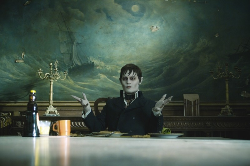 Dark Shadows: Johnny Depp seduto a tavola in una scena del film