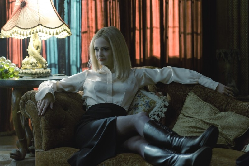 Dark Shadows: un'ammaliante posa di Eva Green immortalata in una scena del film