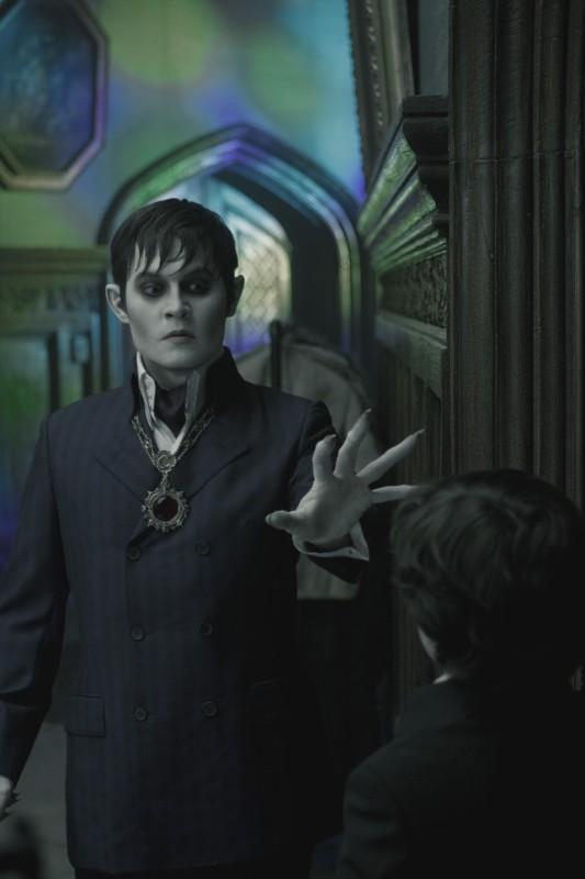 Johnny Depp è Barnabas Collins in un a scena di Dark Shadows