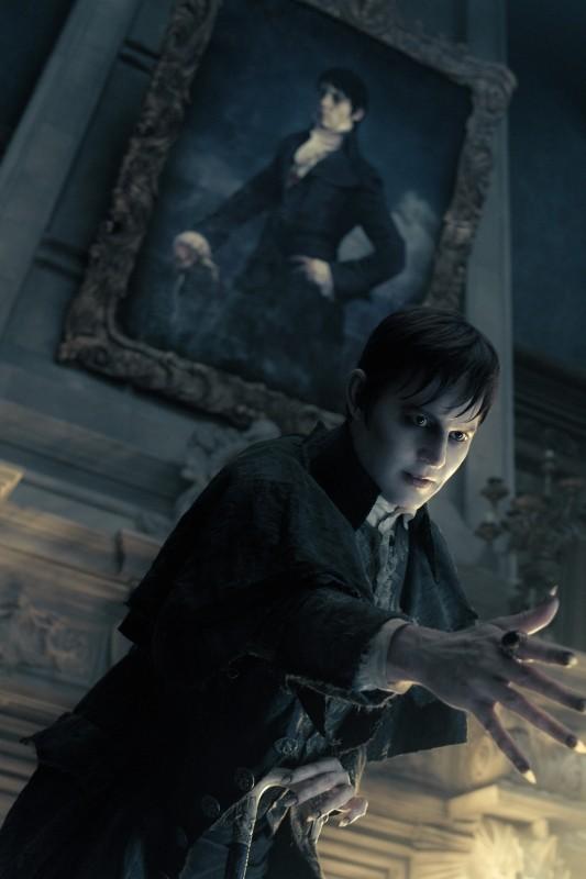 Johnny Depp sotto al suo ritratto in una scena di Dark Shadows