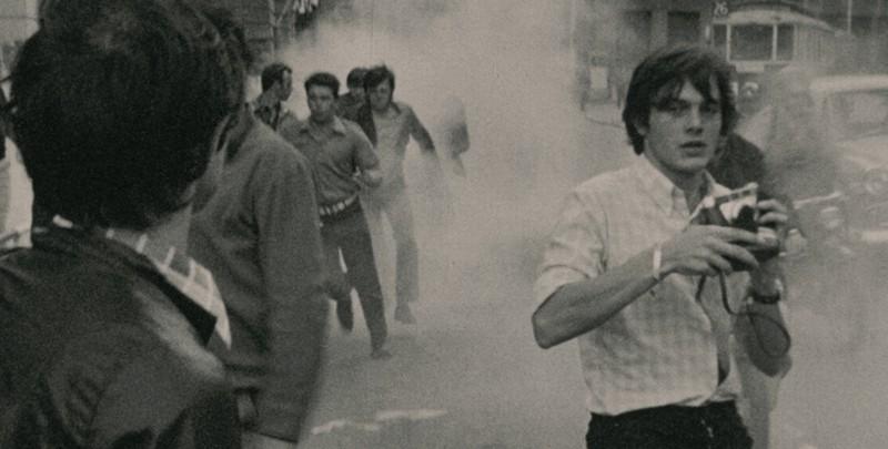 Journal de France: il fotografo Raymond Depardon (anche regista del film), in un'immagine durante gli scontri del '68 all'inizio della sua carriera