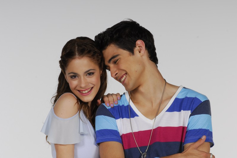 Martina Stoessel e Pablo Espinosa in una foto promozionale per la serie Violetta