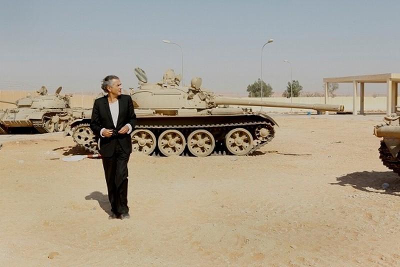 The Oath of Tobruk: Bernard-Henri Lévy nel deserto libico in una scena del suo documentario