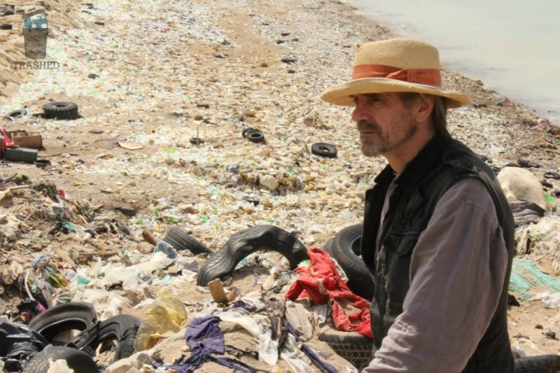 Trashed: Jeremy Irons in una scena del documentario