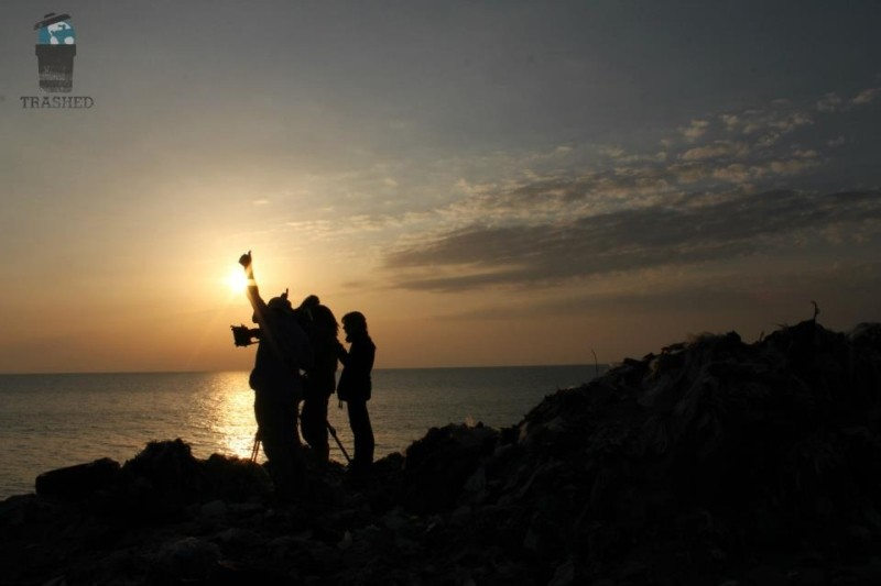 Trashed: la troupe del film al tramonto