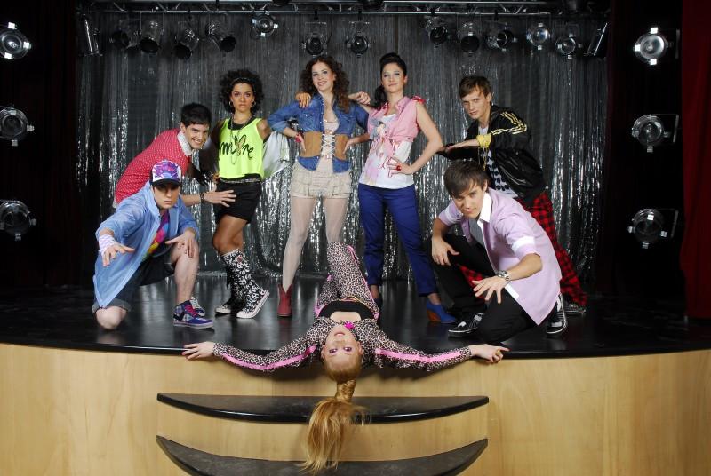 Un'immagine promozionale per il cast di Violetta