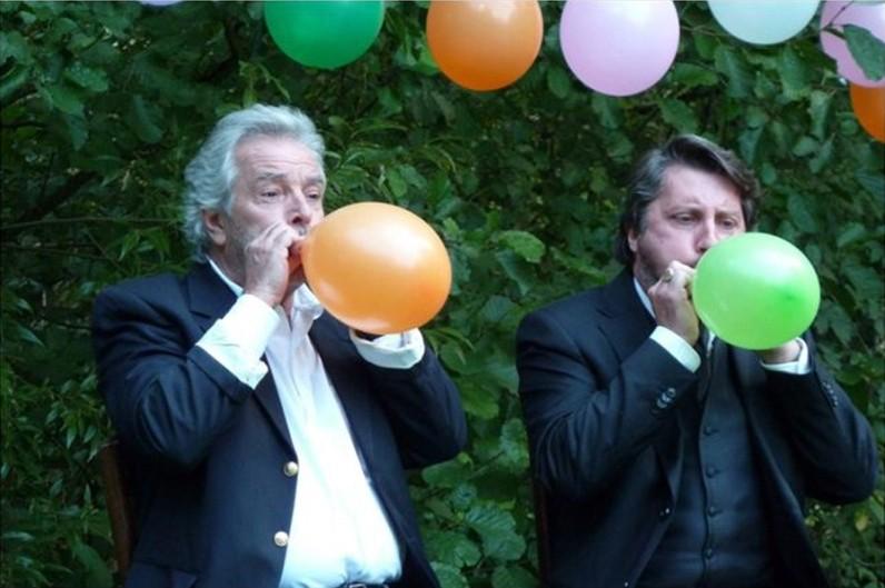 Granny's Funeral: Pierre Arditi insieme al regista e interprete del film Bruno Podalydès in una scena del film
