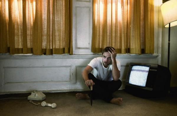 Robert Pattinson in uno scatto ispirato al cinema di David Cronenberg (2012)