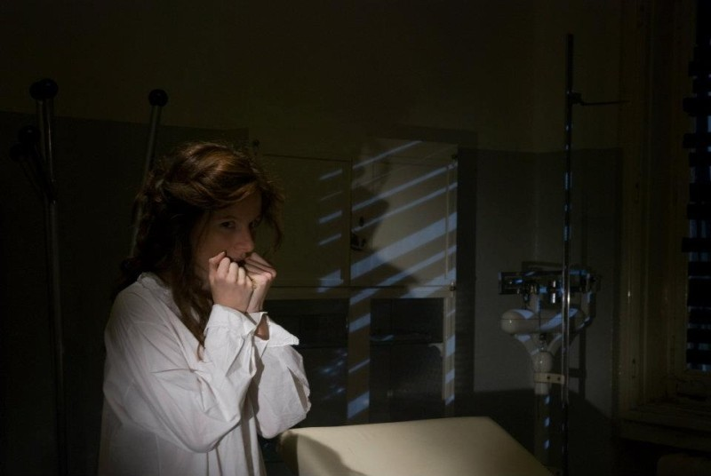 Dietro il buio: Sarah Maestri guarda con terrore verso la finestra in una scena