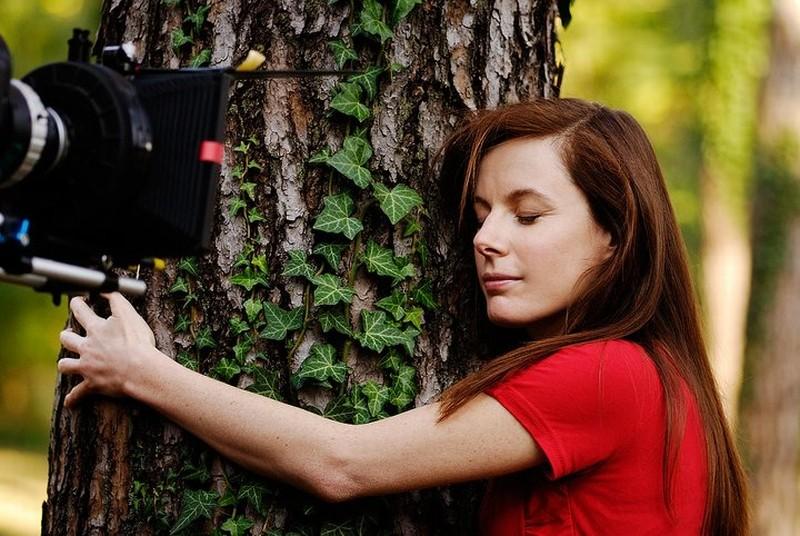 Dietro il buio: Sarah Maestri sul set del film abbraccia un albero