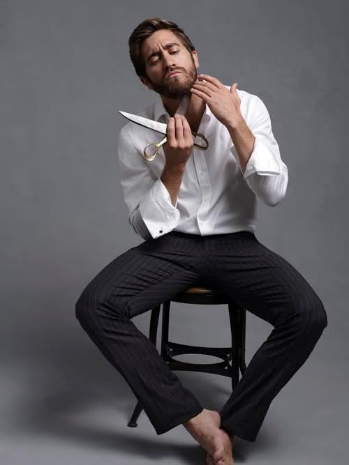 Jake Gyllenhaal alle prese con barba e forbici