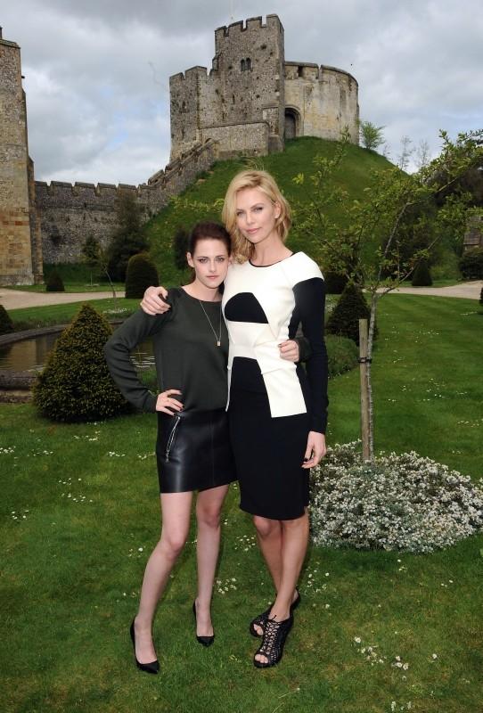 Biancaneve e il cacciatore: Charlize Theron e Kristen Stewart durante il photocall del film tenutosi presso l'Arundel Castle in West Sussex, Inghilterra