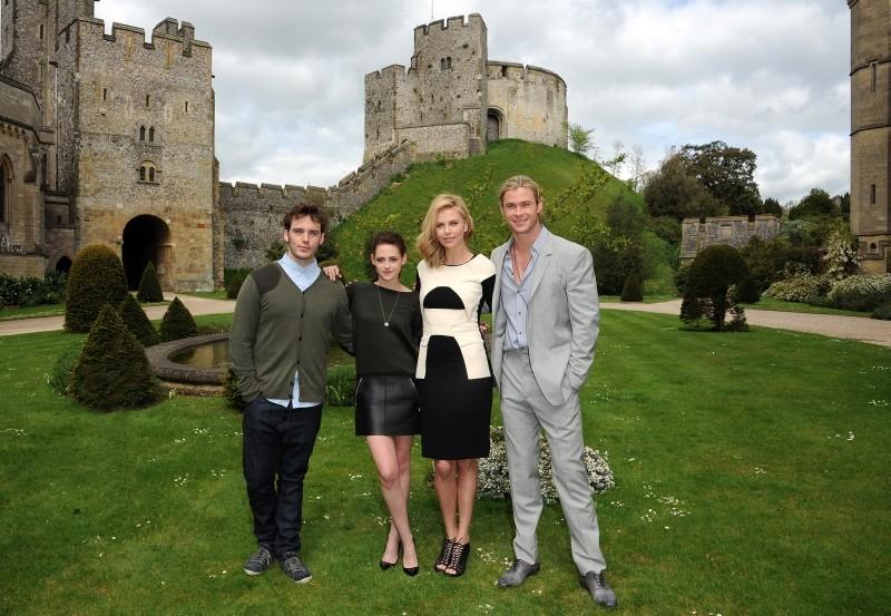 Biancaneve e il cacciatore: Charlize Theron, Kristen Stewart, Chris Hemsworth e Sam Claflin durante il photocall presso il bellissimo Arundel Castle in West Sussex, Inghilterra