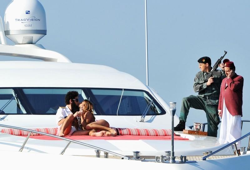 Il dittatore: effusioni hot per l'ammiraglio Generale Aldeen (Sacha Baron Cohen) ed Elisabetta Canalis su uno yacht a largo delle coste di Cannes