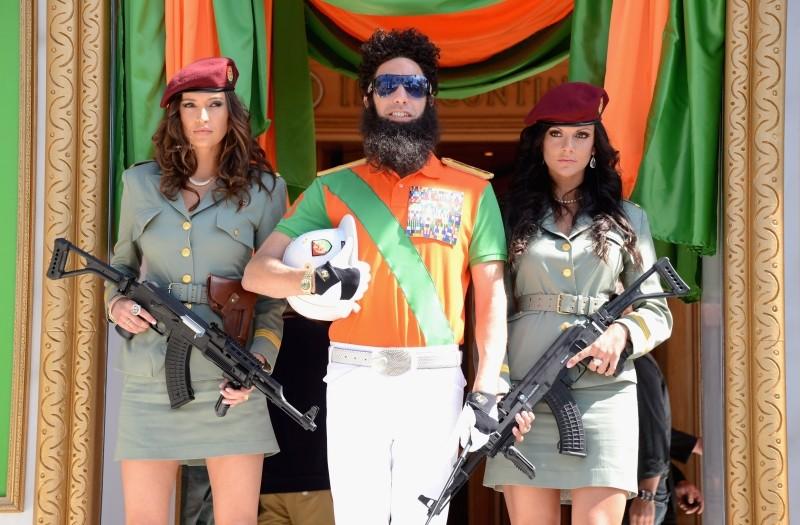 Il dittatore: il 'generale' Sacha Baron Cohen con le sue soldatesse davanti al Carlton Hotel di Cannes