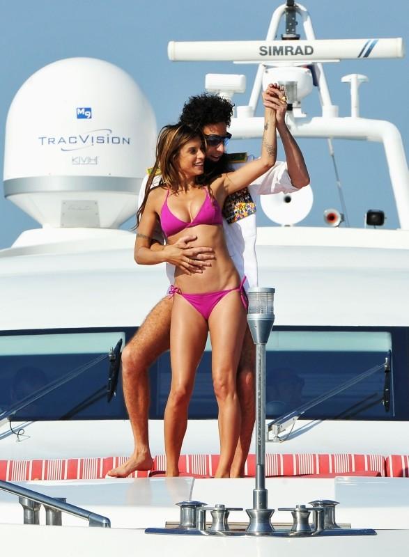 Il dittatore: l'ammiraglio Generale Aldeen (Sacha Baron Cohen) avvistato su uno yacht con Elisabetta Canalis a largo delle coste di Cannes