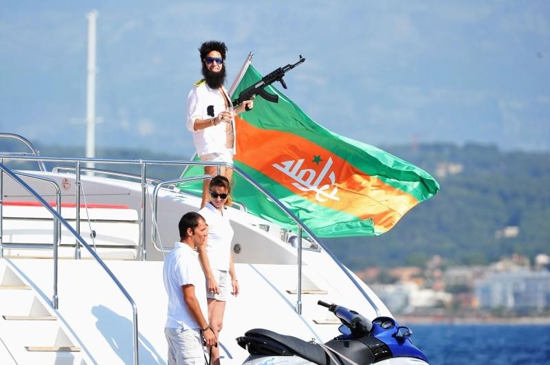 Il dittatore: l'ammiraglio Generale Aldeen (Sacha Baron Cohen), il dittatore della Repubblica di Wadiya, a largo delle coste di Cannes