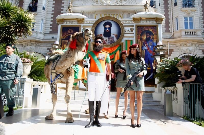 Il dittatore: Sacha Baron Cohen con al seguito cammello e soldatesse sexy immortalato presso il Carlton Hotel di Cannes