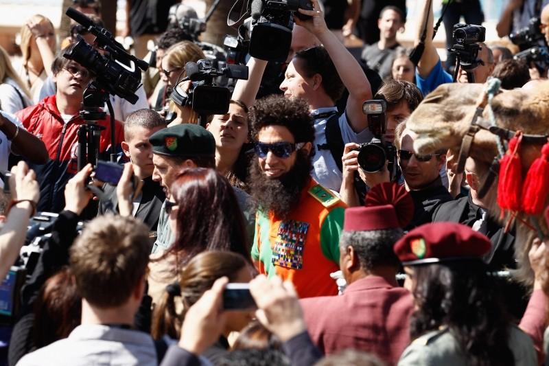 Il dittatore: Sacha Baron Cohen in visita al Carlton Hotel di Cannes circondato dai fotografi