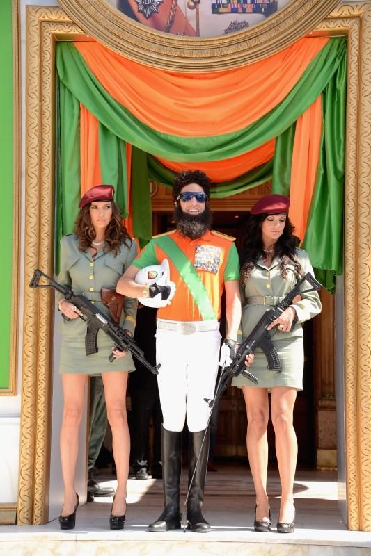 Il dittatore: Sacha Baron Cohen insieme alle sue soldatesse posa per una foto ricordo davanti al Carlton Hotel di Cannes