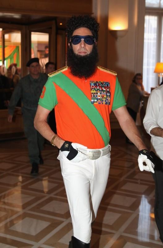 Il dittatore: Sacha Baron Cohen nei panni dell'ammiraglio generale Shabazz Aladeen in visita al Carlton Hotel di Cannes