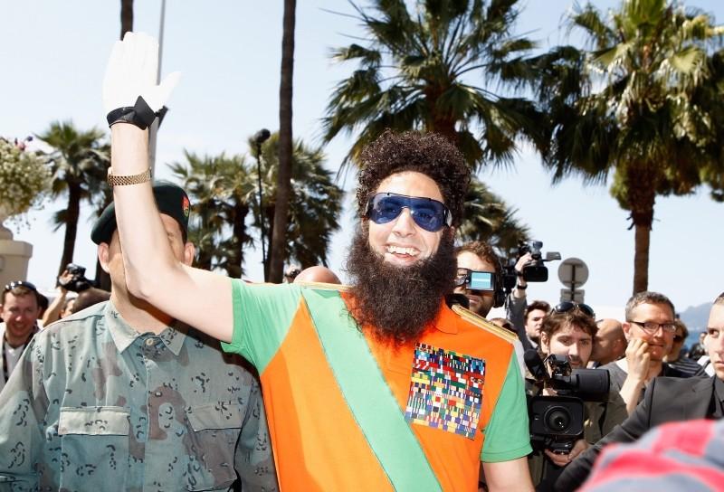 Il dittatore: Sacha Baron Cohen saluta il pubblico durante il photocall presso il Carlton Hotel di Cannes