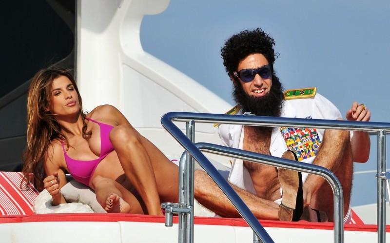 Il dittatore: Sacha Baron Cohen si diverte con Elisabetta Canalis su uno yacht a largo delle coste di Cannes