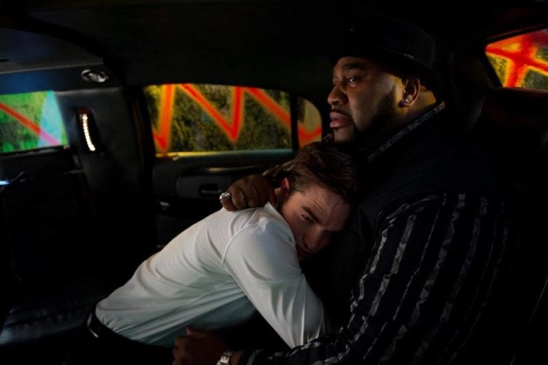 Cosmpolis: Robert Pattinson in una scena del film abbraccia Gouchy Boy
