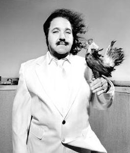 Il pornodivo Ron Jeremy in posa con un gallo