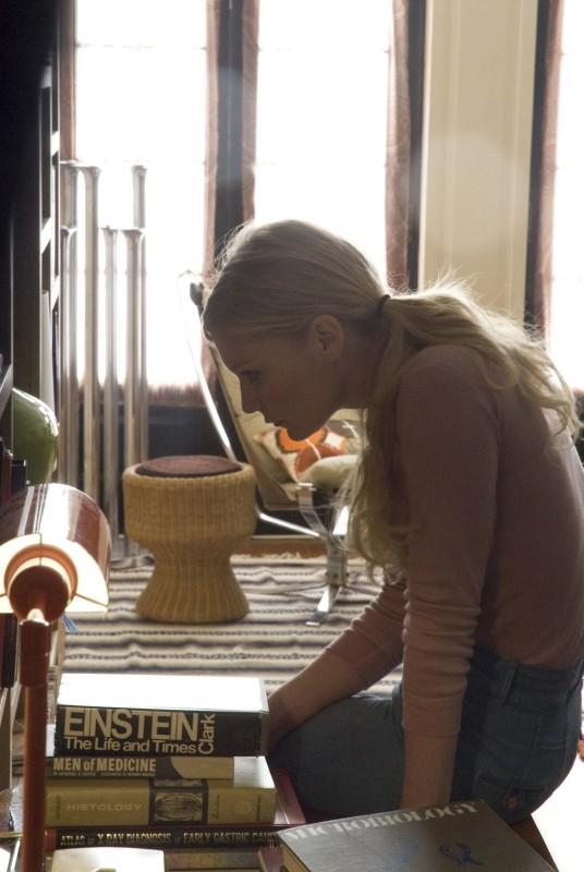 Love&Secrets: Kirsten Dunst alle prese con la sua libreria in una scena del film