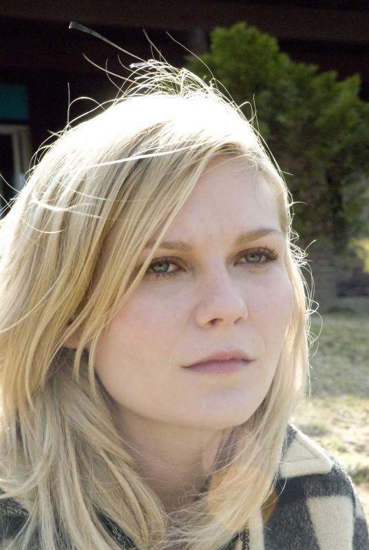 Love&Secrets: Kirsten Dunst in un bel primo piano tratto dal film